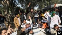 Anggota Kongres Pemuda India meneriakkan slogan anti-pemerintah dalam aksi protes di New Delhi, India, 21 Desember 2020.
