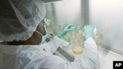 İlaç firması Eli Lilly tarafından Mayıs ayında yayınlanan bu fotoğrafta bir araştırmacı, firmanın Indiana eyaletinin Indianapolis kentindeki laboratuvarında, Corona virüsüne karşı geliştirilen antikorları test ediyor.