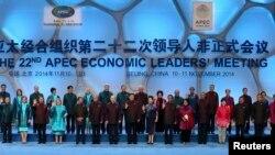 11月10日,参加北京APEC峰会的各国领导人偕夫人在北京水立方拍的全家福。