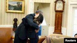 美国总统奥巴马拥抱刚刚出院的护士尼娜•范