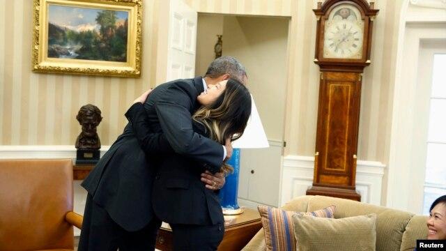 Ông Obama trao cho cô Nina một cái ôm tại Tòa Bạch Ốc không lâu sau khi cô rời khỏi bệnh viện của Viện Y tế Quốc gia (NIH) bên ngoài thủ đô Washington.