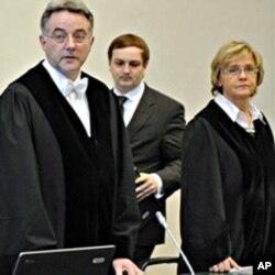 Le juge Bernd Steinmetz, (à gauche) ouvre le proces contre les dix Somaliens accusés de piraterie, en Allemagne a le 22 Novembre 2010.