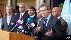 Le représentant de la Libye à l'ONU Bernardino Leon s'adressant aux journalistes.