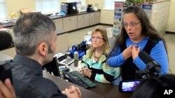 지난 1일 미국 켄터키 주 로완 카운티에서 서기로 일하고 있는 킴 데이비스 씨가 동성 커플 결혼증명서 발급을 거부하고 있다.