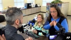 Kim Davis, funcionaria judicial del Condado Rowan en Kentucky, hablando con David Moore, después de rehusarse a emitir una licnecia de matrimonio gay.