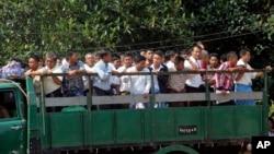 Tù nhân Myanmar trên xe tải sau khi được trả tự do từ nhà tù Insein, ngày 7/10/2014.