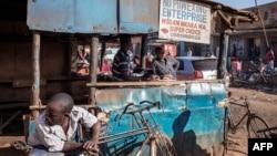 Un boucher coupe de la viande dans sa boutique dans les rues d'un marché en plein air à la périphérie de Lilongwe, Malawi, le 18 mai 2019.