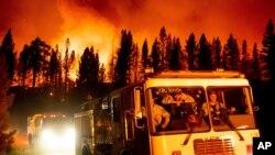 Vatrogasci stižu na jezero Frenčmen, kako bi se borili protiv požara Šugar koji je dio kompleksa požara Bekvort, u Nacionalnom parku Plumas, Kalifornija, 8. jula 2021. (Foto: AP, Noa Berger)