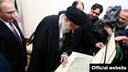 ولادیمیر پوتین، در سفر به ایران نسخه کپی شده یک قرآن قدیمی را به رهبر جمهوری اسلامی داد.