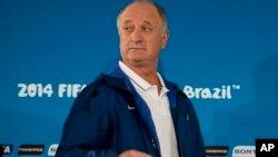 Luis Felipe Scolari deja el banquillo brasileño.