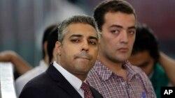 Dua jurnalis Al-jazeera, Mohamed Fahmy (kiri) dan Baher Mohammed dalam persidangan di Kairo, Mesir 4 Juni lalu (foto: dok).