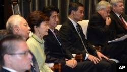 南韓總統南韓總統朴槿惠(左三)和日本首相安倍晉三(左)2013年10月7日在印尼亞太經合會議上並肩而坐。