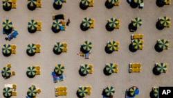ესპანეთის სანაპიროზე ქოლგები სოციალური დისტანციის დაცვითაა დაწყობილი
