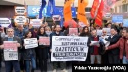 터키 법원이 지난 5일 야당 성향의 줌휘리예트 신문의 간부와 기자 등 9명의 체포를 명령한 가운데, 앙카라에서 시위대가 언론탄압에 항의하고 있다.