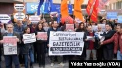Ankara'da basın mensupları, Cumhuriyet Gazetesi büroları önünde 9 gazeteci hakkındaki tutuklama kararını protesto etti