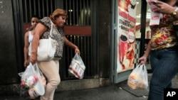 Amas de casa se abastecen en Venezuela como pueden: la escasez y los precios van en aumento.