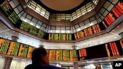 말레이시아 국부펀드는 말레이시아 항공을 국유화하겠다고 발표했다. 사진은 8일 말레이시아 쿠알라 룸푸르의 은행 거래 게시판.