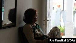 Seorang warga di Bandung, Jawa Barat, diam di rumah selama wabah COVID-19. (VOA/Rio Tuasikal)