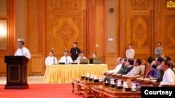 ICJ တြင္ အမႈရင္ဆုိင္ႏုိင္ေရး ရွင္းလင္းပြဲသုိ႔ တက္ေရာက္လာသည့္ အစုိးရႏွင့္ စစ္တပ္ ထိပ္တန္းေခါင္းေဆာင္မ်ား။ (ဓာတ္ပုံ - Myanmar State Counsellor Office, ႏုိဝင္ဘာ ၂၃၊ ၂၀၁၉)