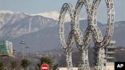 Cincin olimpiade telah dipasang di kota Sochi, Rusia yang terletak di Laut Hitam (foto: dok).