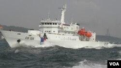 海巡署船只全速出航高雄港(美国之音申华拍摄)