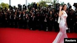 """Aktris Hilary Swank yang bermain dalam film """"The Homesman"""" tiba di karpet merah Festival Film Cannes, Senin (18/5)."""