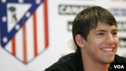 Sergio Aguero dalam sebuah jumpa pers di Stadion Vicente Calderon, di Madrid, 5/6/2006. (AP Photo/Bernat Armangue)