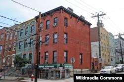 스티븐 포스터가 '갈색머리의 지니(Jeannie With Light Brown Hair)' 작곡 당시 살던 곳으로 추정되는 건물. 미국 뉴저지주 호보켄에 위치해 있다.