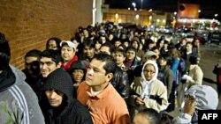 Сотни первых покупателей ждут открытия супермаркета Best Buy в Атланте ранним утром 26 ноября 2010г.