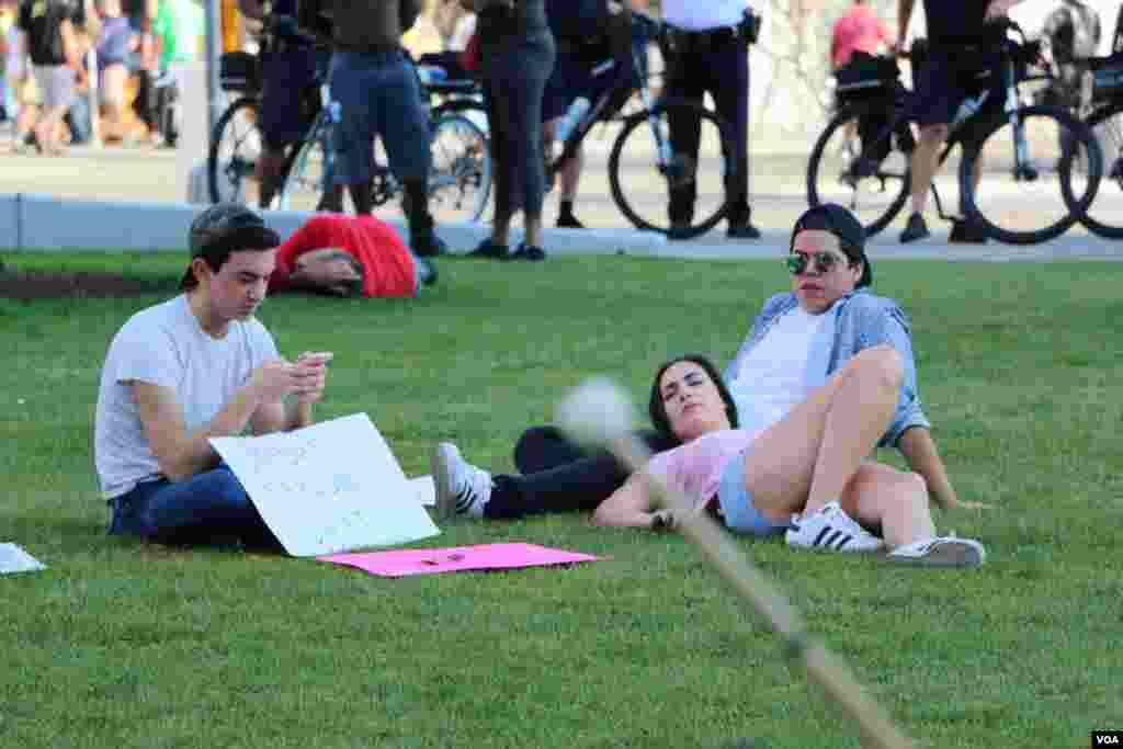 و معترضانی که گاهی خسته، روی چمن های پارک استراحت می کردند.