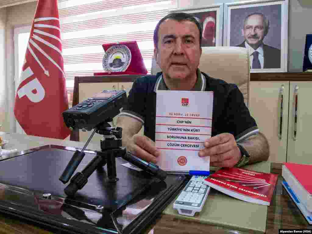 CHP Diyarbakır İl Başkanı Mehmet Şerif Doğru partisinin Kürt sorununa çözüm programını açıklayan broşürle