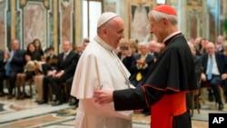 Đức Giáo Hoàng Phanxicô (trái) nói chuyện với Hồng y Donald Wuerl, Tổng Giám mục Washington DC, tại một cuộc họp ở Vatican ngày 17/4/2015.