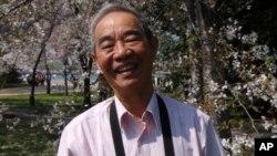 Ông Phạm Văn Khuê nói, ngắm hoa giúp ông quên đi tuổi già.