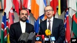 29일 오스트리아 빈에서 이란과 국제원자력기구 IAEA가 핵 사찰 협상을 벌인 가운데, 레자 나자피 IAEA 주재 이란대사(왼쪽)와 테로 바르조란타 IAEA 부사무총장이 기자회견에서 입장을 밝히고 있다.