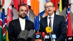 Duta Besar Iran untuk IAEA , Reza Najafi (kiri) dan pejabat IAEA Tero Tapio Varjoranta memberikan keterangan pers bersama di Wina, Austria (29/10).