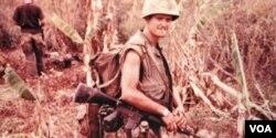 Jim Webb giữa trận địa Chiến tranh Việt Nam, năm 1969 do chiến công anh dũng Trung Úy TQLC Jim Webb được tưởng thưởng Navy Cross là một huy chương cao quý của Hải quân & TQLC Mỹ, chỉ đứng thứ hai sau Medal of Honor do Quốc hội vinh danh và Tổng thống Mỹ trao tặng.