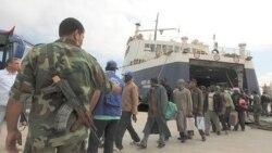 یک کشتی سازمان بین المللی مهاجران با هزار سرنشین از جمله کارگران مهاجر و فراریان از جنگ ومجروحان جنگ مصراته پنجشنبه در بندر بنغازی پهلو گرفت