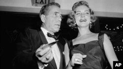 Humphrey Bogart y su esposa, Lauren Bacall, en el estreno de 'The Desperate Hours', en1955.