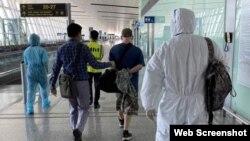 Một đối tượng tội phạm Hoa Kỳ được áp giải tại sân bay Nội Bài, Hà Nội. Photo CAND