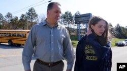 Jenna Mickel (kanan), seorang siswi di Franklin Regional High School, Murrysville, dijemput oleh ayahnya setelah insiden penusukan terjadi di sekolah tersebut.