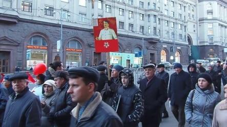 2012年11月7日共產黨人在莫斯科市中心遊行紀念十月革命。明年是十月革命百年紀念,許多俄羅斯人現在想重返蘇聯時代。 (美國之音白樺拍攝)