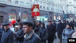 2012年11月7日共产党人在莫斯科市中心游行纪念十月革命。明年是十月革命百年纪念,许多俄罗斯人现在想重返苏联时代。(美国之音白桦拍摄)