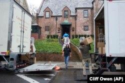 Робітники перевозять речі родини президента США Барака Обами в орендований ними будинок у районі Калорама у Вашингтоні. 17 січня 2017 р.