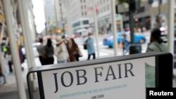 지난 5일 뉴욕 맨해튼 중심가에 설치된 취업박람회 표지판.