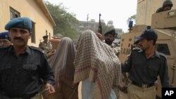 범죄 용의자를 체포하는 파키스탄 경찰. (자료사진)