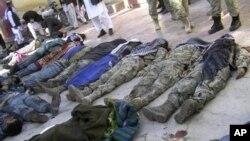 26일 아프가니스탄 메이마나의 이슬람 사원에서 벌어진 자살폭탄 공격의 희생자들.