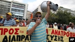 12일 아테네 재무부에서 정부의 긴축 재정에 항의하는 시위대.