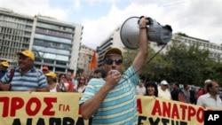 Službenici grčkih državnih službi protestuju ispred ministarstva finansija u Atini, 12. septembar 2012.