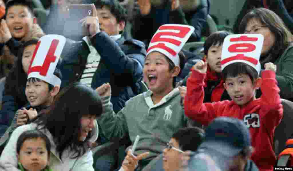 30일 한국 경기도 과천국립과학관에 모여 발사 장면을 지켜보며 환호성을 지르는 어린이들.