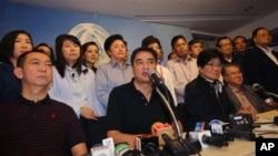 ဒီမိုကရက္ေခါင္းေဆာင္၊ ဝန္ႀကီးခ်ဳပ္ေဟာင္း Abhisit Vejjajiva (လယ္) ဘန္ေကာက္ သတင္းစာရွင္းလင္းပဲြမွာ လူထုမယံုတဲ့ အာဏာရပါတီနဲ႔ ဆက္အလုပ္မလုပ္ႏိုင္ေတာ့ေၾကာင္း ေျပာၾကားေနစဥ္။ (ဒီဇင္ဘာ ၈၊ ၂၀၁၃)